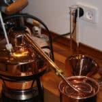 Destillerer smagsessenser til Woodhill Gin