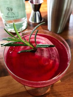 Beet-gin-fizz with rosemary